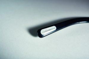 Logo-Plättchen am Brillenbügel